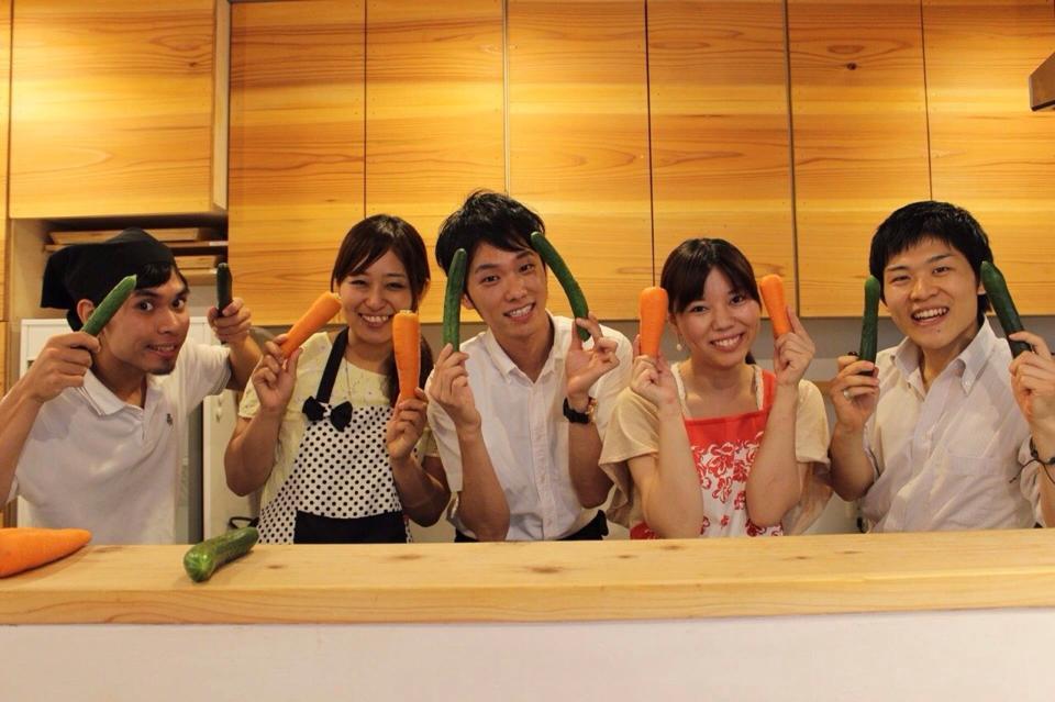 渋谷の街に突如あらわれた栄養士グループ 街行く人に有機野菜の食べ比べを体験してもらう