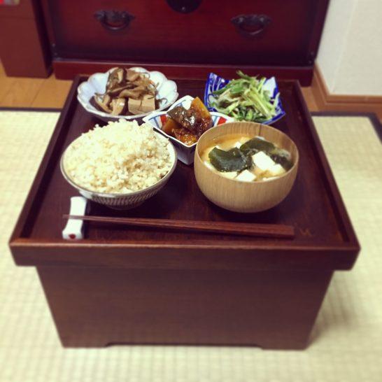 これぞニッポンの食卓!食器も収納できて雰囲気も出る「箱膳」を買ってみたら激萌えだった