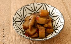 [ほっとする和ごはんレシピ] 実は栄養的にも良い組み合わせ「ごぼうとこんにゃくのピリ辛煮」